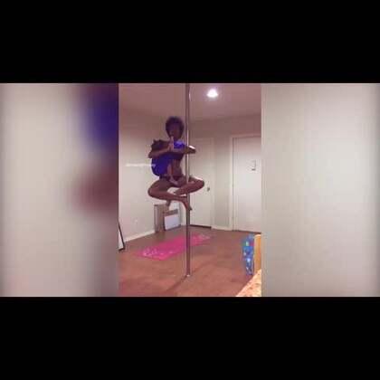 美国女子边跳钢管舞边为女儿哺乳😱😱#钢管舞##绝技##歪国人的日常#