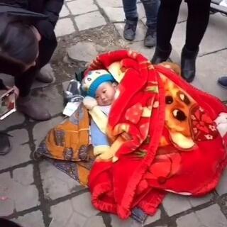 #随手美拍##在路上# 大冬天 一个被父母遗弃在政府门口的可怜小生命 双鸡为他求福