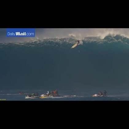 """#冲浪者被抛12米空中坠海#惊呆!!😱😱职业冲浪选手Tom Holland,近日在夏威夷毛伊岛北岸的冲浪胜地Peahi冲浪时遭遇了一场滔天巨浪,从近40英尺(约12米)高的浪尖垂直跌落海中,震惊围观众人,像经历了一场""""惨烈车祸""""。😱😱"""
