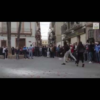 西班牙奇葩活动,#互相投掷死老鼠#😰😰😰😰#活久见##动物#
