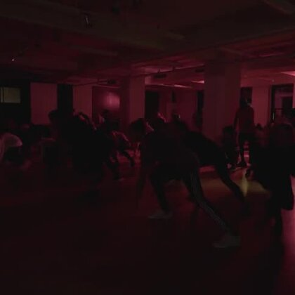 REO 'NO OTHER' Choreography by Neil 'Dradle' Schwartz。一位编舞很有思想和自己风格的老师,第一组女孩子中好几位是日本En Dance的老师,她们都超爱这位,Neil在日本人气很高哦。 #舞蹈#