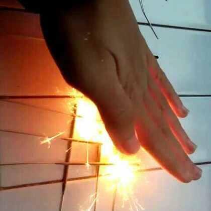 #今年最后一天玩烟花#碰碰烟火🔥烟花还可以这么玩😏祝大家元宵节快乐,团团圆圆,圆圆满满!也祝@LRui~ @皓琪~RG @Jupiter🌞萝卜 @竟铭RG @Wan❤️Lu @Wk°m💤 去学习顺顺利利🎉🎉🎉