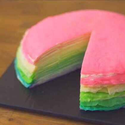 彩虹千层蛋糕 快来试试看 也可到我的优酷:http://i.youku.com/dimcookguide看看 #美食##不用烤箱的甜品#