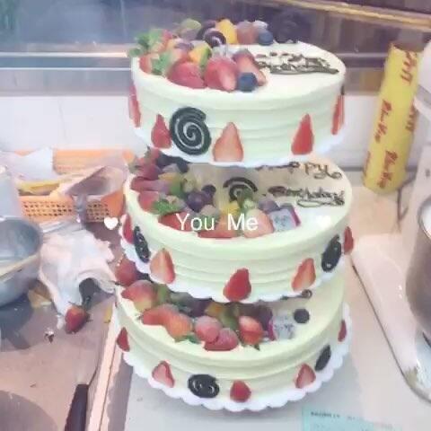 随手美拍 diy蛋糕 老板生日订的三层蛋糕 因为还有别的 蚊子与川 的美拍图片