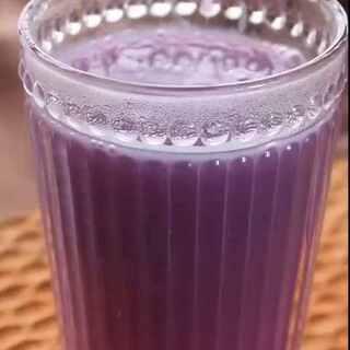 【紫薯米糊】吃剩下的一小碗米饭与紫薯用豆浆机加工成米糊,喝前可加入蜂蜜,喝2杯就有饱腹感,米饭116千卡/100g,紫薯82千卡/100g~1杯的热量还不到50卡路里《#miu的食光记#》第71话,更多美食请关注Miu的微信➡️【lohasmiu】微博➡️http://weibo.com/u/5614340993 #美食##米饭的逆袭##低卡路里美食#
