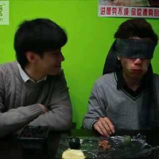 #蒙眼食物挑战##蒙眼食物挑战#双鸡哥用科学实验证明蒙眼吃东西会让人智商下降😱没事你走两步!@美拍小助手 @玩转美拍