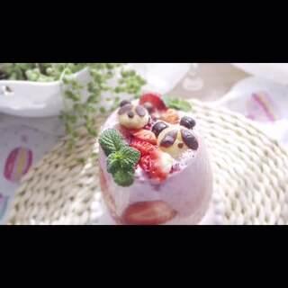 #美食#熊猫珍珠&草莓酸奶~做这个迷你熊猫珍珠真的很需要耐心~别怪我没提醒你噢😀😚~不过这个口感很Q~用它做奶茶里的珍珠食用起来也很健康呢~另外做成大颗熊猫珍珠也是种不错的选择😘#低卡路里美食#微信:mmxc112~微博:小厨食堂