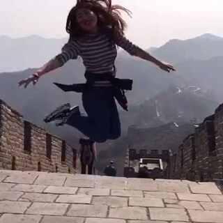 前几天在北京慕田峪长城的视频 才翻出来 封面是Ethan的小姨 在北京工作 我们去玩了几天 顺便看她#宝宝##北京##长城##随手美拍#看着活力四射的Ethan小姨 不禁感叹 年轻真好 年轻还单身真好 年轻还单身又漂亮真好😁😁✌
