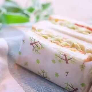 充满活力的春天到啦!在这个适合春游的好时节,小鹿来教大家在ins上超火的沼夫三明治!最初是日本的一位陶艺家大沼道行的夫人所创,后来因为脆爽的卷心菜和芝士培根鸡蛋的搭配,好吃又营养开始流行起来~💓这么有爱又充满春天气息的三明治,快来试试吧?#美食##厨娘物语#(哈哈抱歉最后虐狗惹😂)