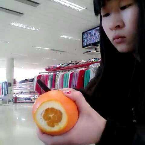剥橙子小窍门:橙子横着两头切开,竖着切几刀,就完美去皮了..