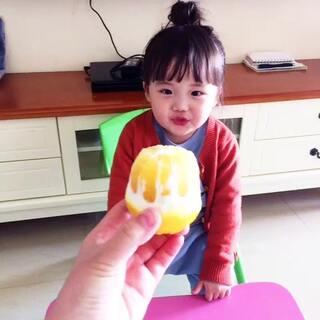 👏一定一定要给赞哦。#挑战酸爽#丁丁2岁6个月。第一次这么吃柠檬🍋。😂貌似没有觉得特别难吃。