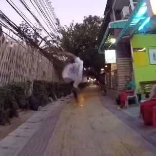 跑酷去吃晚饭吧,在泰国普吉PP岛~🌴#随手美拍##60秒美拍##中国跑酷环球之旅##黑色眼睛跑酷#@城市猴子跑酷俱乐部