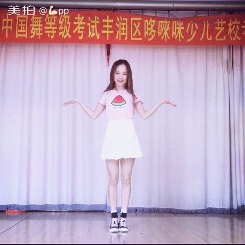 低胸连衣北京小骚逼美女美臀美女被动态图