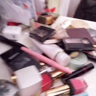 """#男朋友觉得你的化妆品多少钱# 我只有爸爸来问问哈哈哈 笑死我了 """"都是一两百 没有多贵的""""在姐姐家东西不多 便宜的都拿来凑数!😂😂😂"""