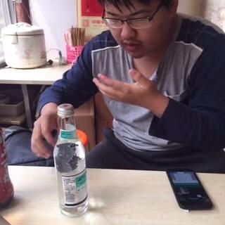 #直播吃饭##我要上热门#室友尝试最难喝饮料,崂山白花蛇草水,然而他说只有苦味,不是太难喝🤔🤔🤔