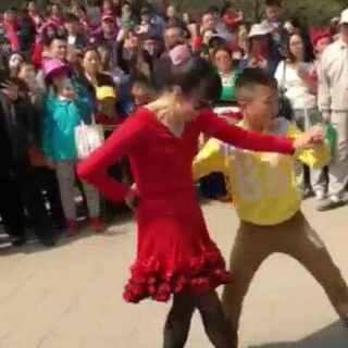 吉特巴的风格是比较轻松随意,这个吉特巴很有拉丁舞的风范,显得很有动感和控制力。赞一个!#舞蹈##吉特巴##交谊舞##广场舞##我要上热门##海口##海南大学##海口经济学院#