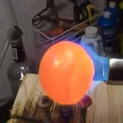 #涨姿势#把烧红的铁球投入一杯凉水里后,竟然是这种效果,看着太爽了