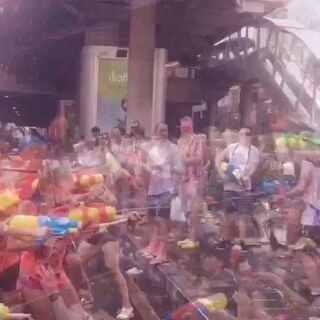 """对于昨天头脑发热时做的动作,我只想大喊""""F*UK!!!""""🖕🏻🖕🏻🖕🏻今天的泰国相当于咱们中国的大年初一,也是泰国最热闹的节日泼水节💦💦💦我却只能静静的在房间里,,,瘸着😢(没关系,小伙伴们玩开心就好!带着我的份一起!☺)#随手美拍##泰国泼水节##中国跑酷环球之旅#"""