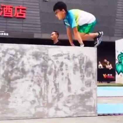 珠海ET跑酷俱乐部王铂均参加2016惠州首届跑酷挑战赛竞速赛,10岁的小朋友!太赞了!#跑酷比赛##跑酷##珠海ET#