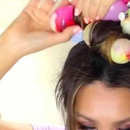 见过卷发器卷发,见过卫生纸卷发,可是你见过用气球卷发吗?新姿势又解锁了!😂😂#涨姿势##气球卷发##美妆时尚##卷发##搞笑##爱用品分享#