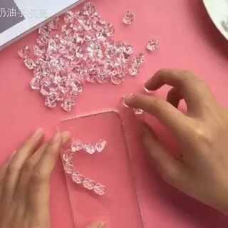 爱心水晶壳!史无前例 原创!!去年冬天就设计出来了的 ~哈哈哈第一次发这款的视频出来 !模仿记得@小野马哟 !#diy手机壳##来晒手机壳##奶油手机壳#
