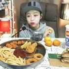 #韩国吃播##嗨~早上好!💞💞💞#炸鸡少女吃乐天利马苏里拉汉堡、炸鸡、鱿鱼圈、鸡块