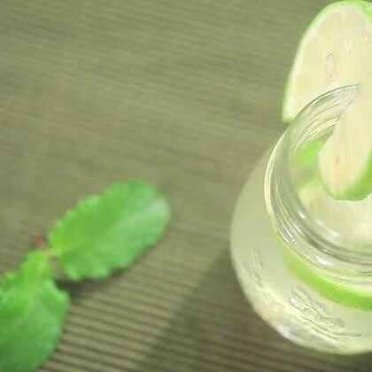 超簡單~保養喉嚨、減輕拉肚子、中暑症狀,夏天就要來一杯清涼的檸檬飲。 出遠門野餐可能會有不少突發狀況,像是拉肚子或中暑,帶個檸檬就能緩和不舒服。烹飪老師 宋雅雯教你善用檸檬做飲料,清爽享受小旅行。 #漲姿勢# #飲料##美食#