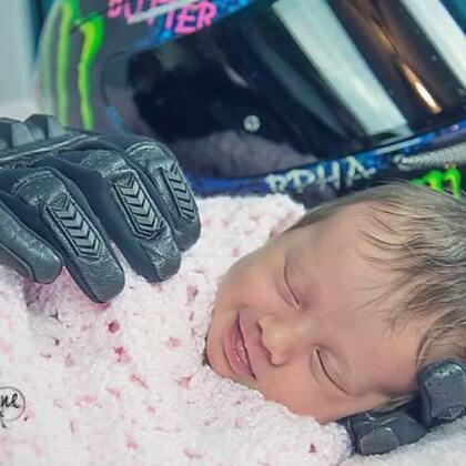 """#定格美好的瞬间##逗比时光#最近,一张美丽又心碎的照片在国外引发轰动。一位父亲,还没等到自己女儿出生抱抱她,就不幸意外身亡。于是,孩子妈妈用丈夫生前最爱的摩托车手套,""""抱""""住了刚出生的女孩。没想到,小女孩竟神奇般露出了微笑"""