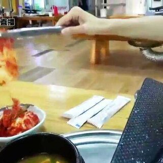 #韩国小男小女tv#韩国美食05 韩国人们爱爱吃的 烤五花肉!!大家多多点来韩国玩吧^~^韩国少年少女tv陪朋友们一起吃吃逛街吧 大家多多帮妹妹点赞可以吗😍😍一下#走哪吃哪##韩国美食##韩国旅游#