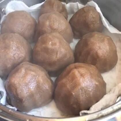红薯面窝窝头🍠红薯不但营养均衡,而且具有鲜为人知的防止亚健康,减肥,健美和抗癌的作用。粗粮含有丰富的膳食纤维,而且很有饱腹感,减肥就吃它了。用开水和面才能成型 蒸大概二十五分左右。#随手美拍##美食##自制美食#