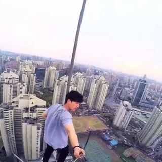"""#跑酷##极限运动##中国爬楼党##rooftop#三个月前拍的视频,洁癖男在美拍发过,叫""""生无可恋"""",酷玩运动在优酷发过,还上了首页,好久没上美拍,就重发一次😄"""