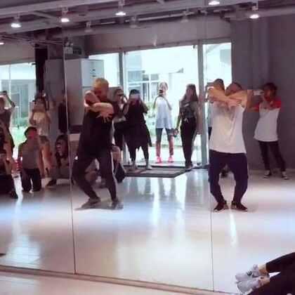 回来跳了一节小黑的课,简直我的腰快抻到天上了,忽略我哈,动作还不熟,看黑黑就好了,大家得多一起跳跳,这样才爽!#舞蹈#@SPY舞蹈中心 @SPY韩雨辰Harris