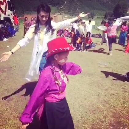 今天的天气太好了,海拔3000米的湟中群加地区,阳光明媚,蓝天白云。和孩子们一起游戏、跳藏族舞。记得小时候学习的第一个少数民族舞蹈就是藏族舞,N多年没有跳过了☺💃