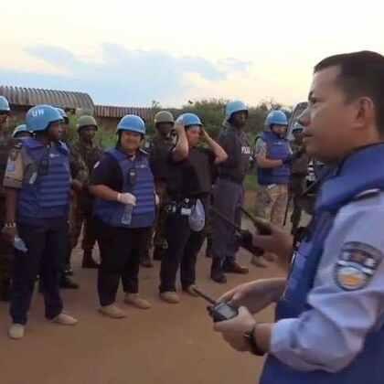 #现场直击# 联合国驻南苏丹特派团维和人员加强对保护平民营地的枪支弹药的搜查。