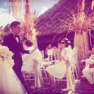 婚礼现场霍建华吐露感人誓词:认识你这么久,就是我觉得很幸运的事情,现在我们成为夫妻,是我更幸运的事情,未来会有更多风风雨雨的事情,会有很多很多的状况考验着我们,我希望我们可以同心协力,一起同心协力,一起牵手。满满的感动啊#霍建华林心如结婚##霍建华林心如#