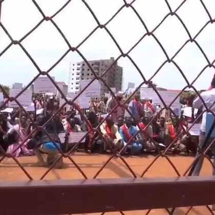 """#现场直击# 南苏丹红军和部族酋长代表在联合国南苏丹特派团驻地外举行示威🍉,坚决反对联合国和非盟""""入侵南苏丹""""并""""干涉南苏丹主权和领土完整""""。注:南苏丹红军是该国政府军苏丹人民解放军前儿童兵的联盟。"""