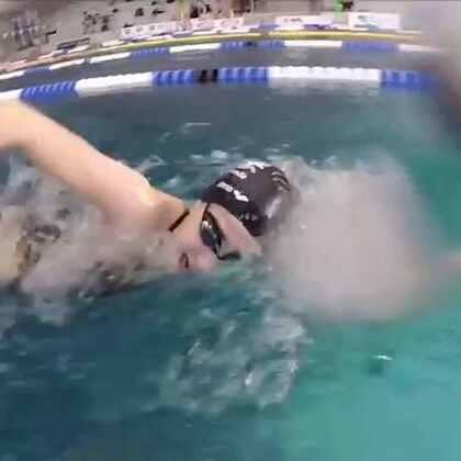 来自叙利亚的难民马尔迪尼将参加里约奥运会女子200米自由泳比赛。去年夏天,马尔迪尼和姐姐从战火纷飞的大马士革逃出来,挤上了一艘前往希腊的橡皮艇。在波涛汹涌中,橡皮艇的发动机坏了,姐妹俩毅然跳入冰冷的海水中,花了两个多小时把橡皮艇推到了希腊海岸,挽救了20多条生命。