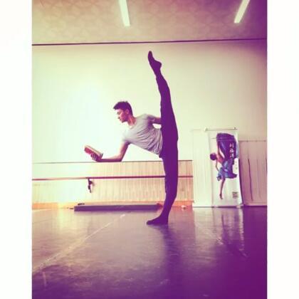 #舞蹈#舞者是这样看书的😂😂😂#照片电影#
