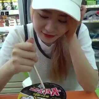#韩国小男小女tv#韩国美食08韩国人们爱吃的火鸡面 推荐韩国便利店好吃的东西大家多多帮妹妹点赞/分享可以吗😍😍#走哪吃哪##韩国美食##韩国旅游##热门##火鸡面#