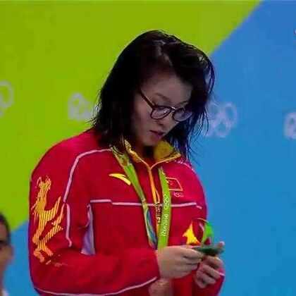 #中国奥运金牌榜##中国奥运健儿加油##中国奥运健儿,加油!##傅园慧太可爱啦#傅园慧颁奖仪式再显网红本色 镜头前释放天性😂好喜欢她女神太可爱了