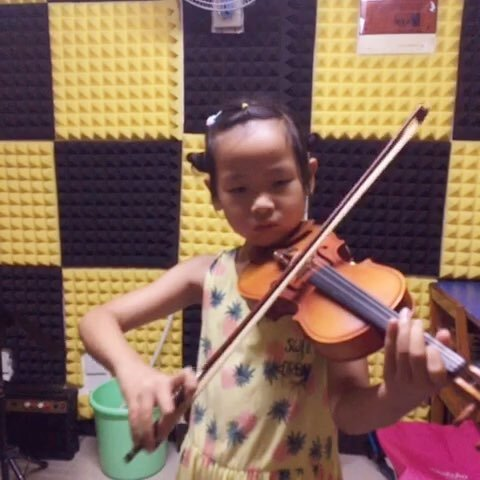 小提琴演奏:《小星星》.表演者:宁宁.乖巧可爱的一个女孩.
