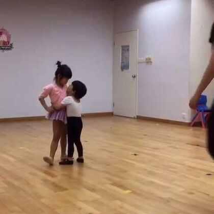 姐姐跳舞,弟弟变树袋熊🐨