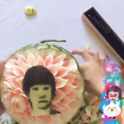 @传奇兄D 高手在民间!美拍网友在西瓜上雕出易烊千玺的脸,千纸鹤们还在等什么,爱他就要把他雕在西瓜上!