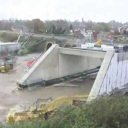 #涨姿势#实拍铁路桥更换全过程:先在旧桥旁边建好新桥,完工后拆除旧桥,再把新桥移动过去替换,把对铁路通行的影响降到最低,第一次见这种场面,真是长见识了!