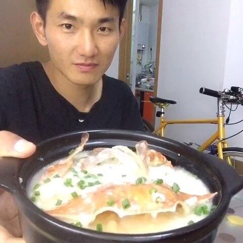 【海鲜粥】这种应该常见于路边大排档,白粥是先煮好,提高出餐速度,省