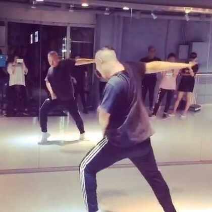 无意间我编的舞和小黑编的舞居然能🈴️在一起,他之前编了前面,巧合的我正好编了后面!@SPY韩雨辰Harris 哈哈哈哈 #舞蹈#
