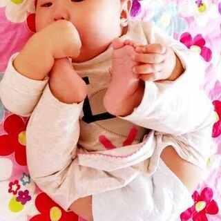 #爱吃脚丫的宝宝#四个月了,大宝会吃脚丫了👣👣