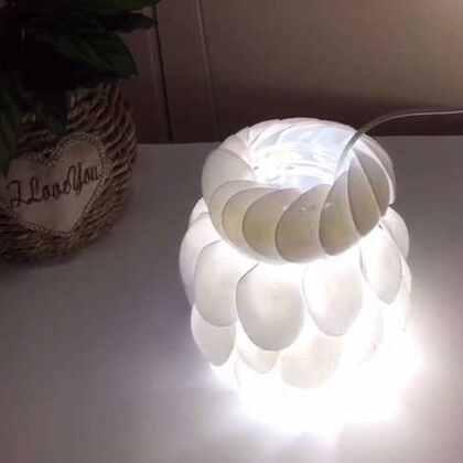 "DIY勺子灯罩/花瓶💗材料:瓶子,塑料勺若干,辅助工具:热熔胶枪。乐宝很喜欢灯,第一个学会说的物品名就是""灯"",所以对这个灯罩尤其钟爱~看见就指着""灯灯灯""说个不停,哈哈。做出来效果确实不错,比较简单,也可以当花瓶用,所以是很棒的DIY,都可以试试看。#涨姿势##废物利用#微信xjane1117"