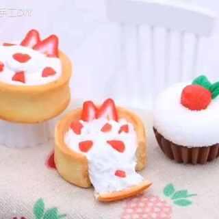 【草莓甜点】小甜点来一发!😜😜😜步骤很简单的啦~~~😚😚😚#暖绒绒手工diy##涨姿势##直播玩玩具##进入涨姿势频道#@今天你涨姿势了吗 @美拍小助手