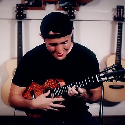 《权力的游戏》主题曲也能用尤克里里弹出来!这个24岁的小哥叫做Andrew Molina,今年刚刚踏上自己的第一次巡回表演之路。#音乐##尤克里里##权力的游戏#